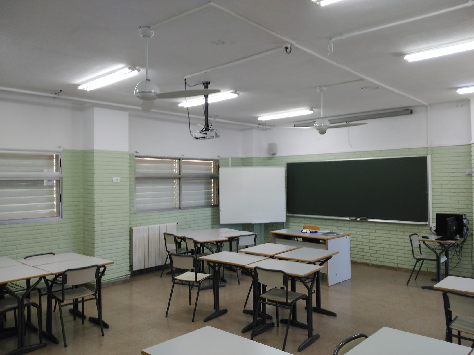 Ventilador de techo Modern Fan instalado en una aula de un insituto